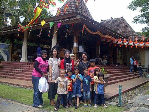 Di depan Museum Layang2